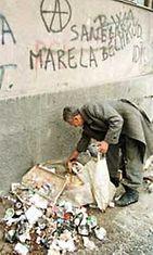 Sarajevolainen mies kerää ruokaa roskien seasta.