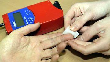 Sormenpää steriloidaan verensokerin mittausta varten.