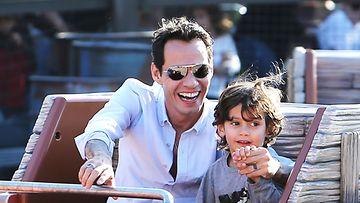 Marc Anthony Disneylandissa lapsensa kanssa