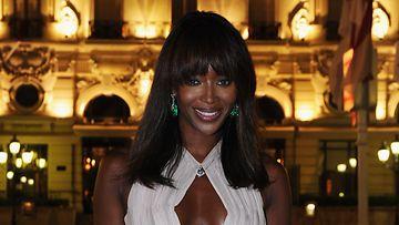 Huippumalli Naomi Campbell säväytti paljastavalla juhlapuvullaan.