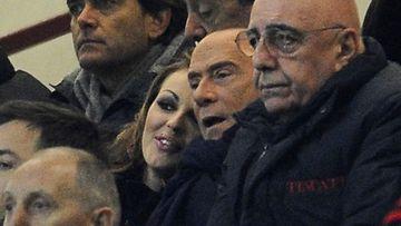 Francesca ja Silvio hempeinä jalkapallokatsomossa.