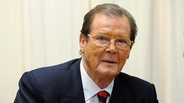 Roger Moore julkaisee kirjan kokemuksistaan James Bondina.