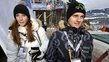 Catherine Hyde ja Heikki Kovalainen seurasivat tammikuussa Keski-Euroopan mäkivikkoa 2011.