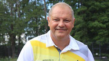 Kiekkolegenda Esa Tikkanen saapui Bermuda-turnaukseen perheensä kanssa.