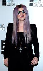 Kelly Osbourne edusti mustissa.