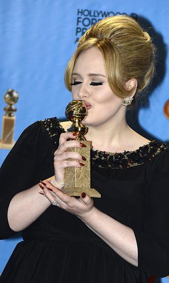 Adele omisti palkintonsa miehelleen ja pojalleen.