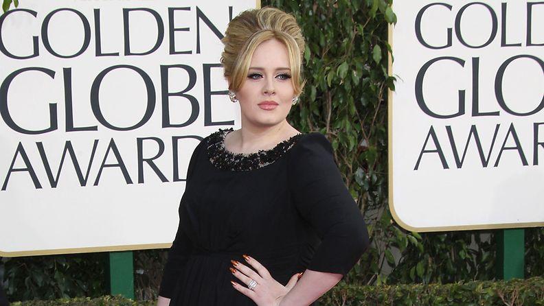 Adele edusti tyylilleen uskollisessa mustassa puvussa.