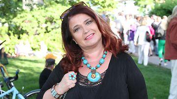 Meiju Suvas saapui terassille nauttimaan kesäillasta.