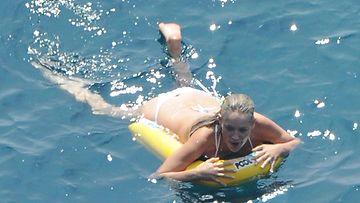 Sharon Stone meressä polskimassa.