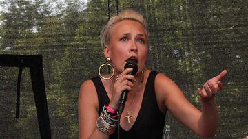 Ruskettunut Jippu esiintyi DBTL-festivaaleilla.