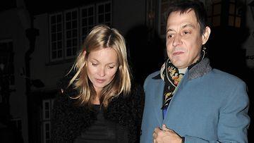 Kate Moss ja Jamie Hince matkalla lähipubiin.
