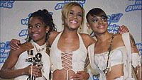 TLC-yhtye: Rozanda Thomas, Tionne Watkins, Lisa Lopes (äärimmäisenä oikealla)