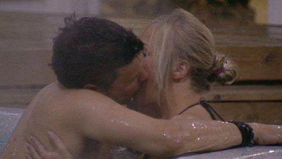 Alaston kuuma mies altaassa-9260