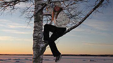 Viivi P. kiipesi kuvauksia varten puuhun. Kuva: MTV3.