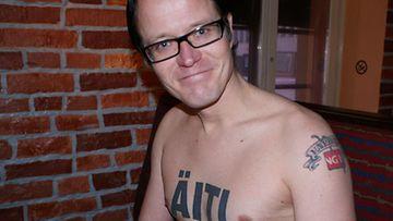 Wallu Valpio esittelee tatuointejaan. (Kuva: Santtu Palm/MTV3)