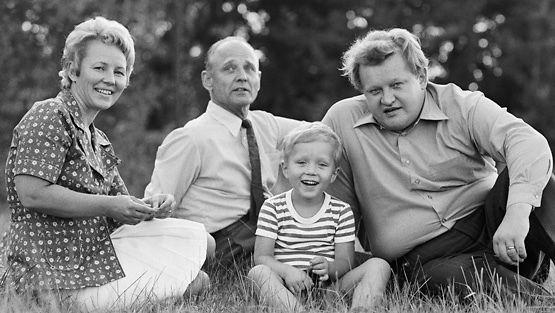 Eeva, Oiva, Marko ja Martti Ahtisaari Tansaniassa 1973 (Lehtikuva)