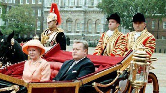 Kuningatar Elisabet ja Martti Ahtisaari (Lehtikuva)