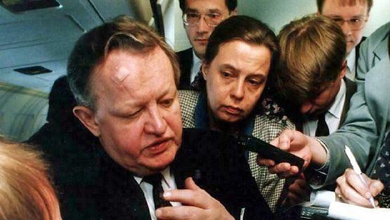 Martti Ahtisaari matkalla Ruotsista Suomeen huhtikuussa 1994. (Lehtikuva)