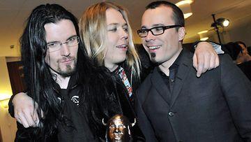 Apocalyptica palkittiin vienti-Emmalla vuonna 2009. Kuvassa Perttu Kivilaakso, Eicca Toppinen sekä Paavo Lötjönen. (Kuva: Markku Ulander/Lehtikuva)