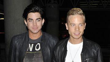 Adam Lambert ja Sauli Koskinen Los Angelesin lentokentällä.