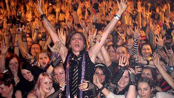 Jonne AAron on hypännyt fanien joukkoon muun muassa Leipzigissä, Saksassa.