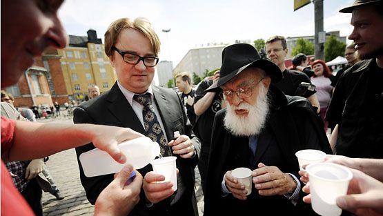 Serietecknaren Pertti Jarla och skeptikern James Randi tar en överdos homeopatiska läkemedel.