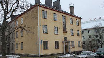 Pentti Arajärvi omistaa asuu tästä talosta Helsingin Torkkelinmäeltä. (Kuva: Mikko Kormilainen/MTV O)