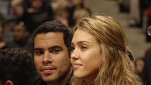 Jessica Alba ja Cash Warren (Kuva: Ron Turenne/National Basketball)