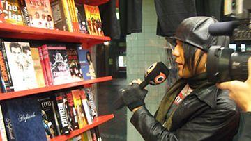 Jussi69 tutustuu rock-kirjoihin (Kuva: Niina Käkelä)