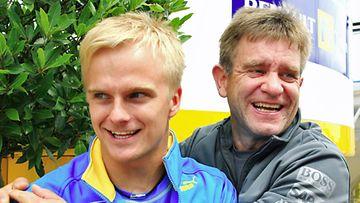 Heikki Kovalainen ja lääkäri Aki Hintsa. (Lehtikuva)