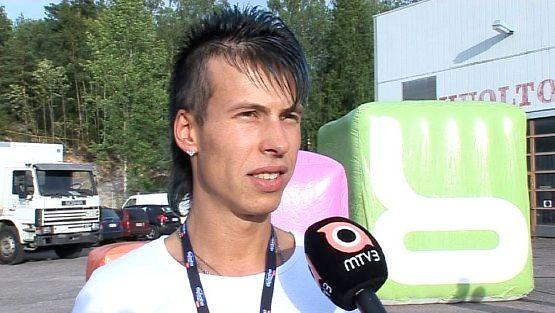 Antti Kurhinen neuvoo uusia asukkaita.