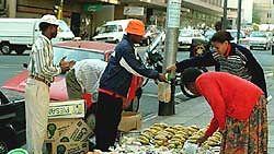 Hedelmien myyntiä kadunvarrella