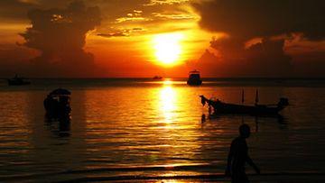 Istahda illalla katsomaan auringonlaskua ja kuuntelemaan livemusiikkia johonkin Saireen rantabaareista.