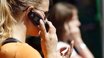 Kännykkään puhuminen ulkomailla halpenee. Kuva: Lehtikuva