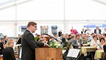 Opetusministeri Jukka Gustafsson piti messujen avajaispuheen.