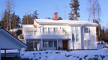 Virpi Sarasvuo kaupittelee entistä kotiaan hieman alle 600 000 euron hintaan.