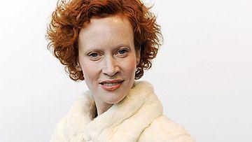 Saimi Hoyer rakentaa lomamökkiä Punkaharjulle.