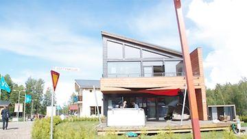 Villa Gardensiksi nimetyn loma-asunnon ulkosivu on nykyaikaisen linjakas.