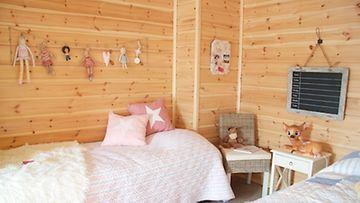 Söpö lastenhuone on sisustettu pastellisävyin. Kiva sisustusidea on ripustaa rakkaimmista leluista punottu nauha seinälle.