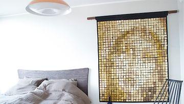 Kuvateksti: Villa Gardensin sisustussuunnittelusta vastaa Onerva Aakko. Erilaisilla materiaaleilla Aakko on onnistunut luomaan yläkerran makuuhuoneeseen kivaa kontrastia.