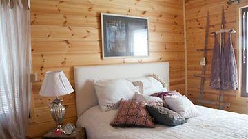 Muhkeutta makuuhuoneeseen tuo tyynysommitelma, joka houkuttelee höyhensaarille. Hauska vaateripustin syntyy vanhoista tikapuista!