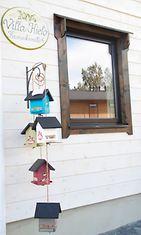 Villa Kielon ovella messuvieraat vastaanotti hauskat lintulaudat.