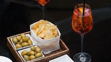 Bvlgari Hotels & Resortsin terassilla voi nautiskella drinkin ja napostella samalla pikkusuolaista. Paljon silmänruokaa tarjolla!