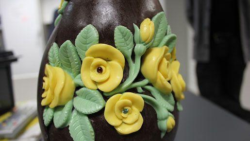 Suomen kalleimman suklaamunan valmistivat käsityönä suklaamestari Petri Sirén ja kultaseppämestari Kristian Saarikorpi.