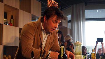 Jamie Oliver esitteli Scandic-hotelleille loihtimaansa kesämenua Tukholmassa perjantaina 12.4.2013.