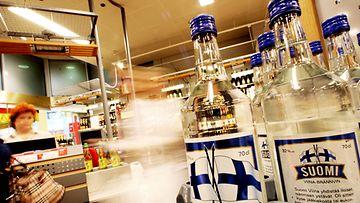 Muutama asiakas nouti juhannusjuomia Forumin Alkosta Helsingissä vielä juhannuksen aatonaattoiltana 21. kesäkuuta 2007.