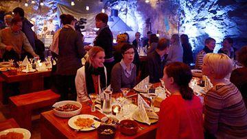 Asiakkaat illallistivat pitkän pöydän ääressä Murun pop up -ravintolassa Tytyrin kaivoksilla syksyllä 2012.