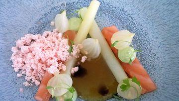 Michelin-ravintola Olo muutti elokuun alussa Torikortteleihin. Kuvassa ravintolan lohiannos.