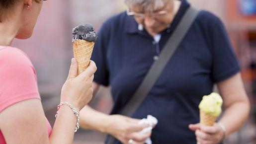 Naiset syövät jäätelöä Kauppatorilla Helsingissä 12. heinäkuuta 2012.