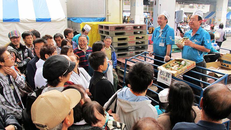 Matsutake-sienien huutokauppa Tokiossa syksyllä 2012